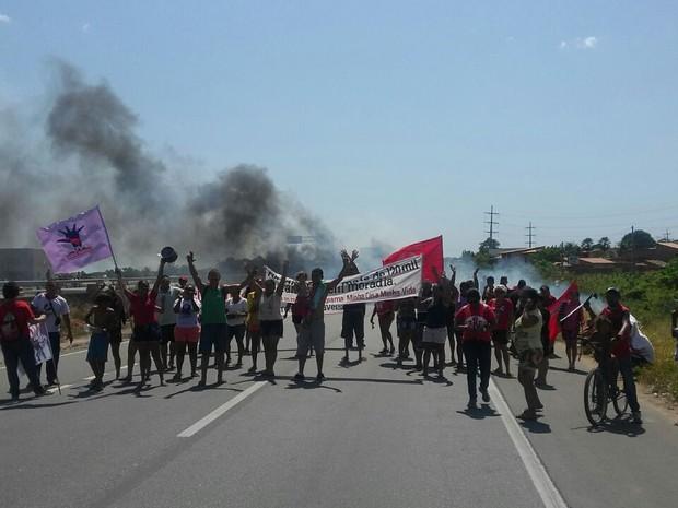 Em Caucaia, trecho da BR-222 foi interditado parcialmente devido a uma manifestação por moradia (Foto: Divulgação/PRF)