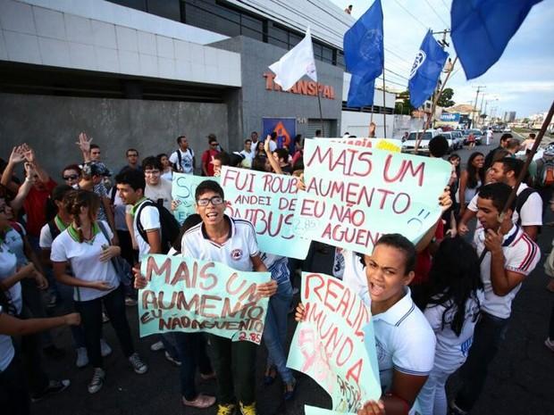 Concentração do protesto foi em frente à Transpal, no Centro. (Foto: Jonathan Lins/G1)