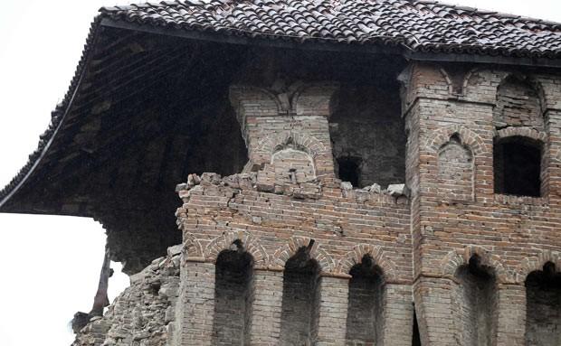 Prédio danificado pelo terremoto é visto nesta segunda-feira (21) em Finale Emilia (Foto: AFP)