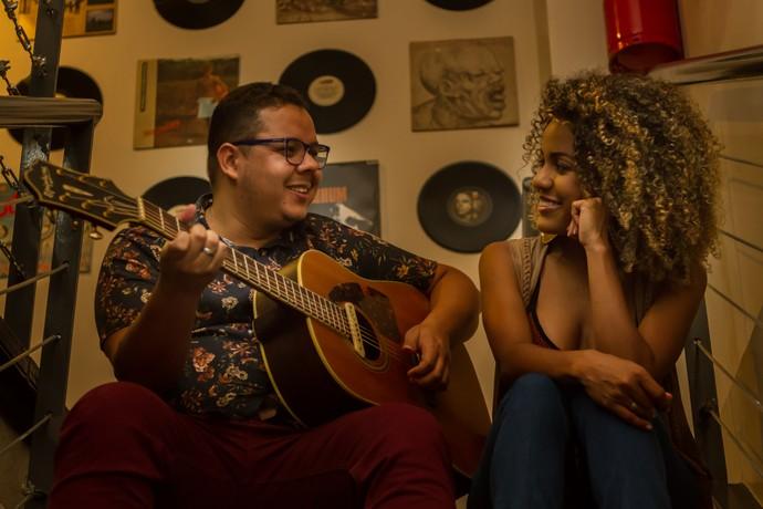 Ex-'The Voice Brasil' Elias Moreira e Jéssica Stephens cantam no 'Paneiro na Web' (Foto: Robson Moura)