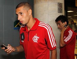 Paulinho desembarque Flamengo (Foto: Ivo Gonzalez / Agencia O Globo)