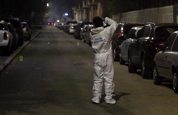 Perito tira foto de local onde homem esfaqueou um judeu ortodoxo em Milão nesta quinta-feira (12) (Foto: Stefano Porta/ANSA via AP)