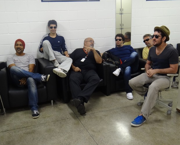 Banda do programa The Voice Brasil espera o momento de subir ao palco (Foto: The Voice Brasil/ TV Globo)