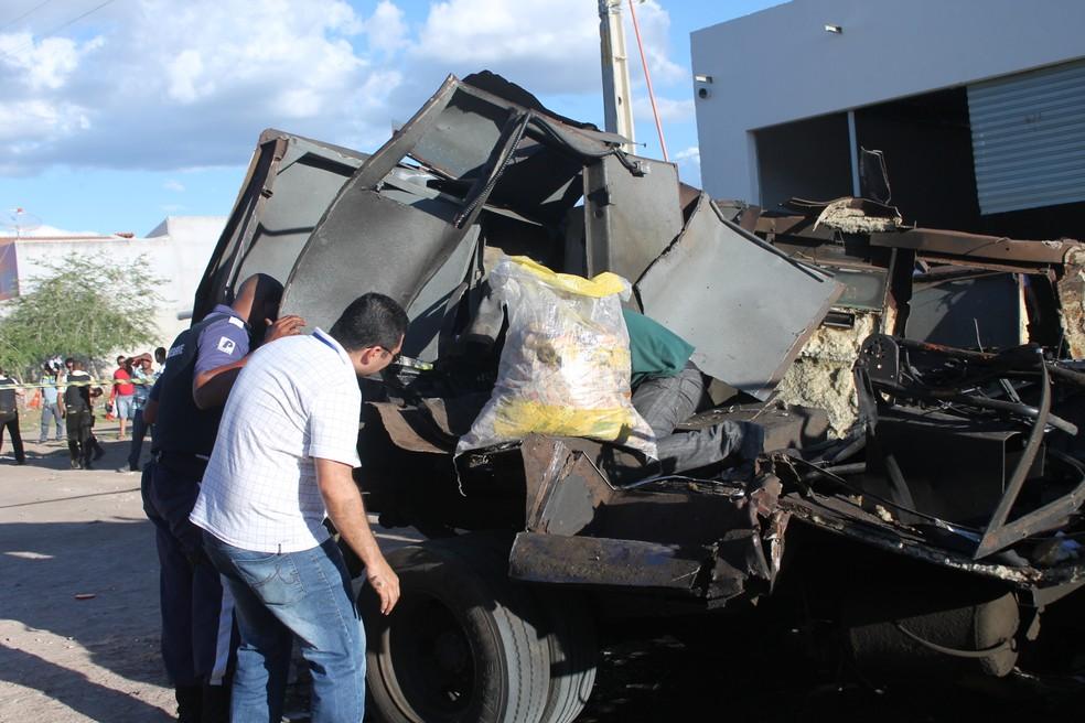 Cédulas que ficaram espalhadas pelo local com a explosão e tiveram que ser recolhidas (Foto: Elizandro Oliveira/ TV Grande Rio)