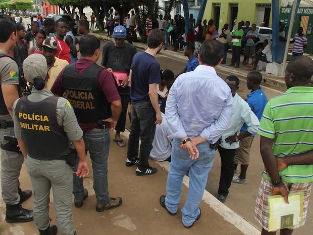 Haitianos se aglomeram em frente ao prédio da Receita Federal em Brasiléia (AC) (Foto: Alexandre Lima/arquivo pessoal)
