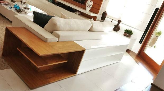 Aparador para a traseira do sofá com mistura de  laca com madeira natural Freijó, da Lumberjills (Foto: Divulgação)