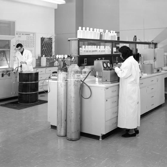 No começo da carreira, o número de homens e mulheres nos laboratórios é equivalente. Elas desistem conforme o tempo passa (Foto: New Old Stock)