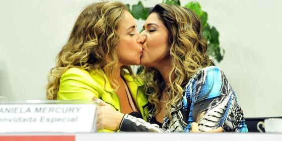 A cantora Daniela Mercury beija sua mulher, Malu Verçosa, durante seminário sobre direitos LGBT na Câmara dos Deputados, em Brasília (Foto: Gabriela Korossy / Câmara dos Deputados)