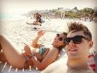 De sunga, ex-BBB Nasser curte praia com Andressa em Cancún