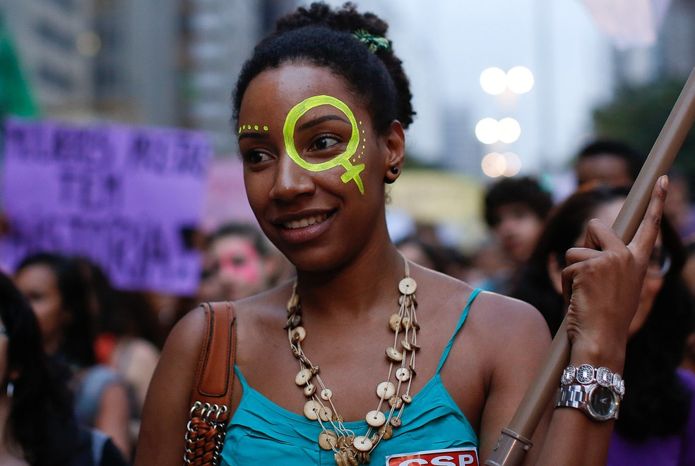 Uma ativista participa de ato para marcar o Dia da Mulher na Avenida Paulista, em São Paulo (Foto: André Penner/AP)
