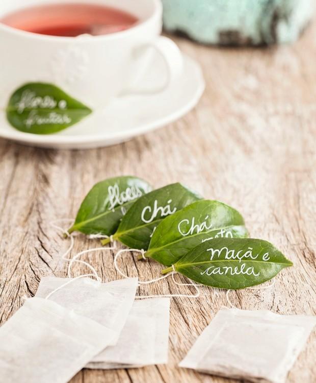 Toque especial. Jeitinho naturalmente charmoso de identificar os tipos de chá: escreva em folhas de camélia e dê um nó para prender ao saquinho. Para colocar a ideia em ação, basta usar uma caneta de secagem rápida (Foto: Casa e Comida)