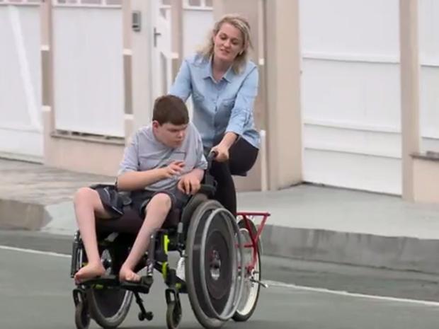 Gustavo ganhou equipamento que integra bicicleta e cadeira de rodas (Foto: Reprodução/RBSTV)