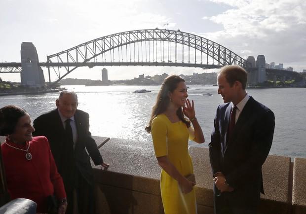 Príncipe William e Kate Middleton com o filho, George, em Sydney, na Austrália (Foto: Jason Reed/ Reuters)