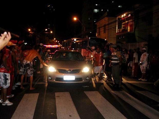 Confusão na frente do Náutico deixa torcedor baleado. (Foto: Aldo Carneiro / GloboEsporte.com)