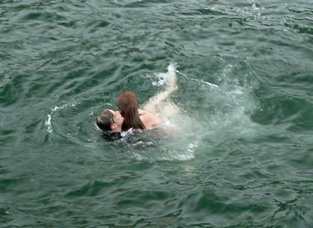 Eliza se afoga e é salva por Arthur