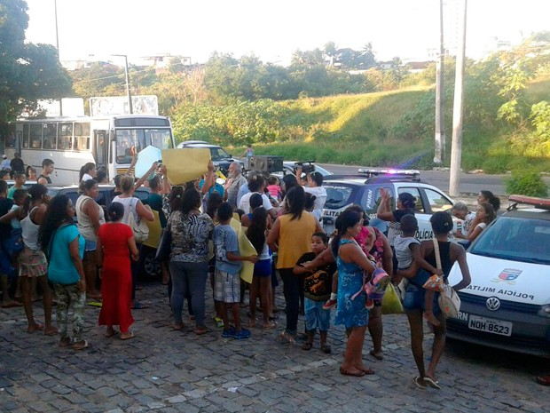Ônibus com adultos e crianças, além de um carro de som estiveram no CDP de Pirangi (Foto: Vilma Batista/G1)
