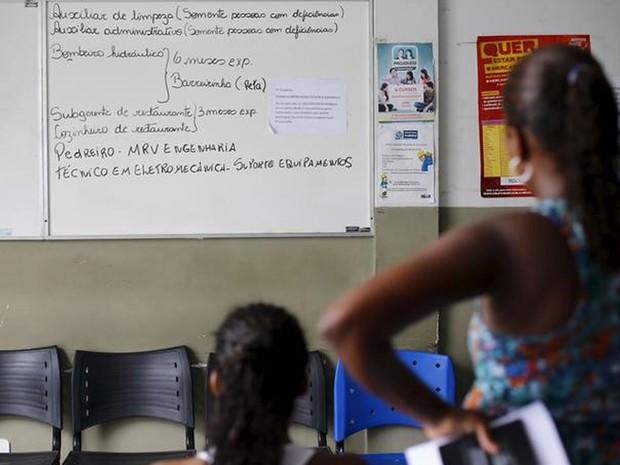Mulheres sem emprego observam quadro com vagas de trabalho em Itaboraí (RJ). (Foto: REUTERS/Ricardo Moraes)