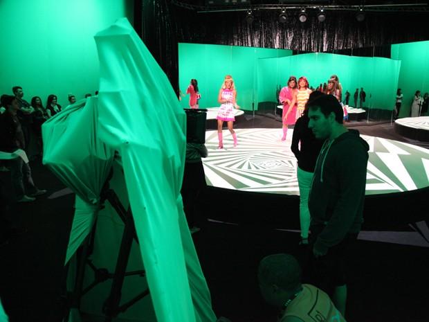 A equipe se espreme em meio ao chroma, que toma conta do estúdio (Foto: Carol Caminha / TV Globo)