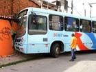 Ônibus invade casa em Fortaleza após atropelar motociclista