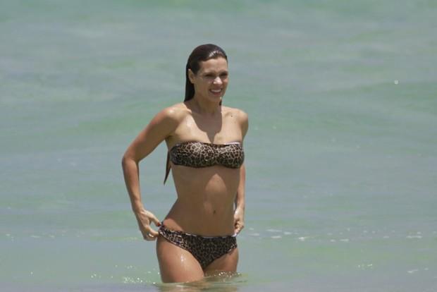 Carolina Dieckmann na praia (Foto: Dilson Silva / AgNews)