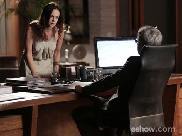 Juliana chega enlouquecida e fazendo ameaças (Foto: Felipe Monteiro/TV Globo)