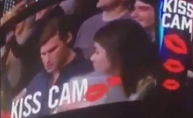 Homem ignorou a namorada e preferiu continuar mexendo no celular (Foto: Reprodução/YouTube/Global News)