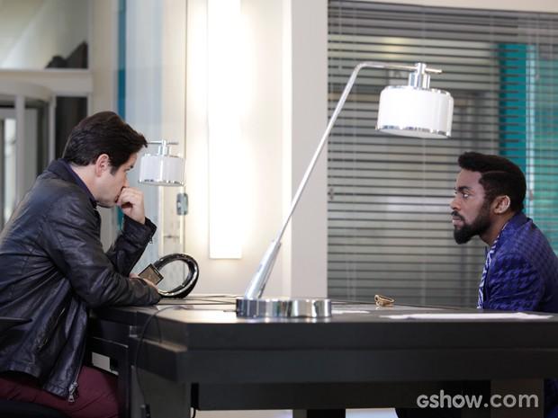 Brian diz que Verônica foi chamada para trabalhar na Parker TV (Foto: Raphael Dias/TV Globo)