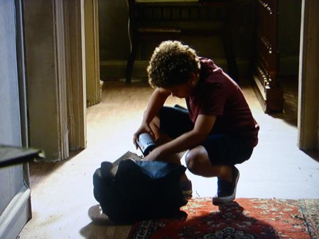 Pedro aproveita que o garoto saiu e dá uma conferida na caixa (Foto: Malhação / TV Globo)