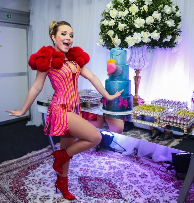 3a35e2ecb8b0d Larissa Manoela no camarim  doces e bolo de quatro andares (Foto  Manuela  Scarpa