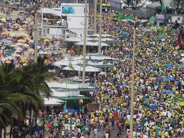 Manifestação em Copacabana (Foto: Rodrigo Gorosito / G1)