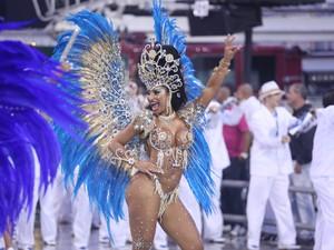 Cinthia Santos desfila pela Águia de Ouro (Foto: Raul Zito/G1)