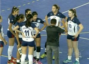 Técnico Zico orienta as meninas na vitória contra a seleção de Sergipe (Foto: Reprodução/TV Anhanguera)