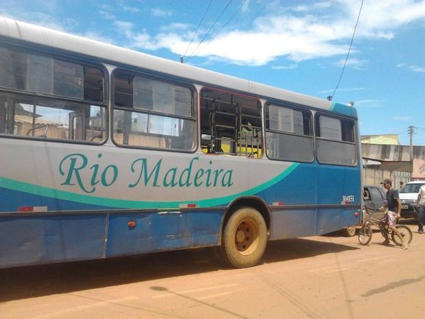 Janela de ônibus caiu e duas meninas ficaram feridas com queda (Foto: William Ferreira/ Arquivo Pessoal)