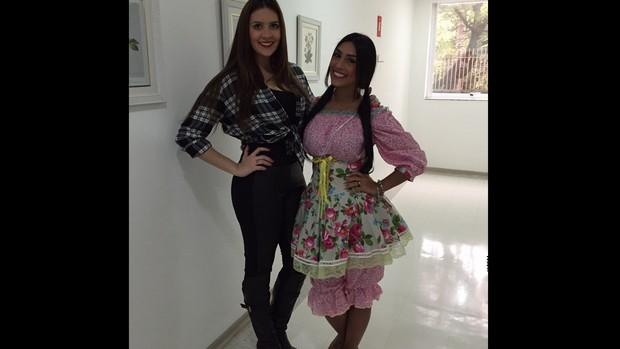 Amanda e Tamires vestidas de caipira (Foto: Arquivo Pessoal)
