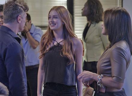 Arthur fica dividido entre sair com Carol ou Eliza