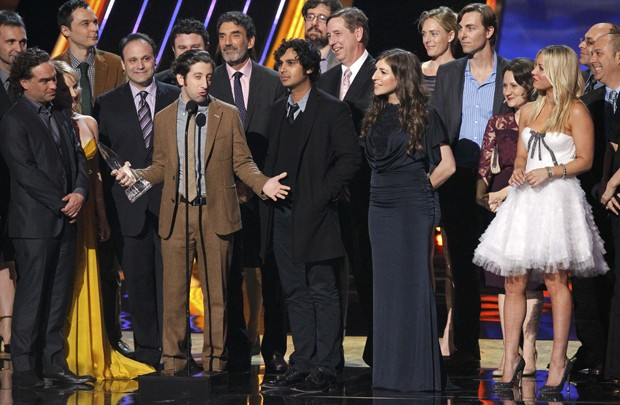Elenco da série 'The big bang theory' no palco do People's Choice Awards nesta quarta (9) em Los Angeles (Foto: Mario Anzuoni/Reuters)