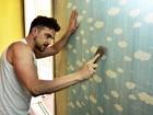 Mãos à obra! Igor Rickli prepara quartinho para o filho, Antônio, e coloca papel de parede