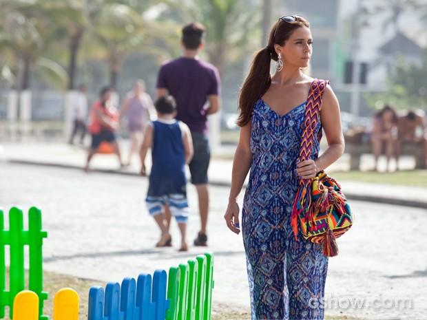 Nas cenas, Clara anda pela orla carioca (Foto: Inácio Moraes/ TV Globo)