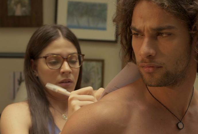 Elisa fica caidinha por Nuno (Foto: TV Globo)