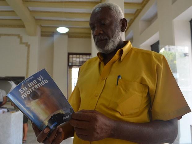 José Carlos Barbosa é autônomo, mas já publicou oito livros por conta própria. (Foto: Rodolfo Tiengo/ G1)