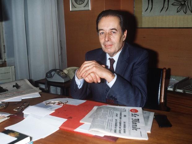 Imagem de arquivo mostra André Fontaine como editor-chefe do jornal francês 'Le Monde' em 21 de dezembro de 1984  (Foto: AFP PHOTO / PHILIPPE WOJAZER)