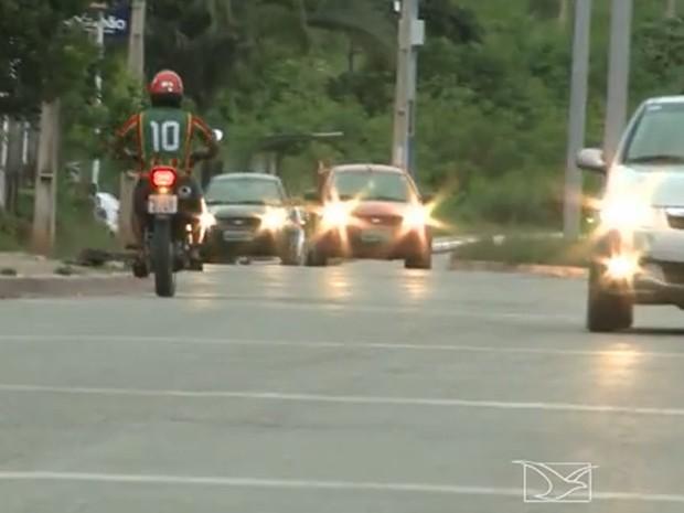 Motociclista fugiu na contramão para não passar em blitz da PM (Foto: Reprodução/TV Mirante)
