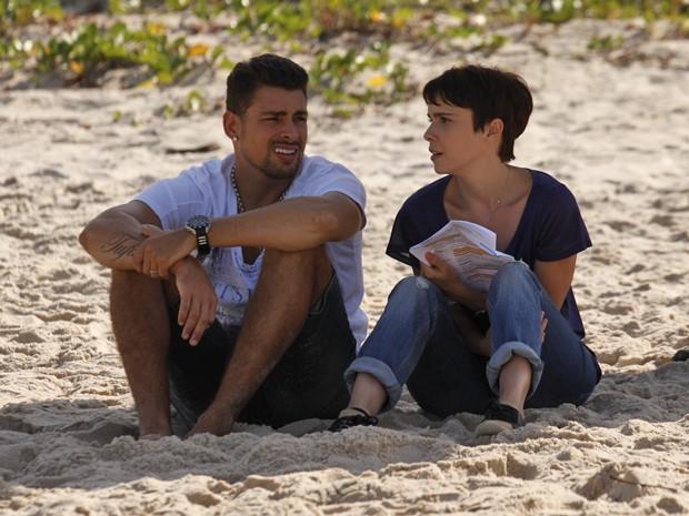 Cauã Reymond e Débora Falabella gravam cenas de Jorginho e Nina (Foto: Avenida Brasil/ TV Globo)