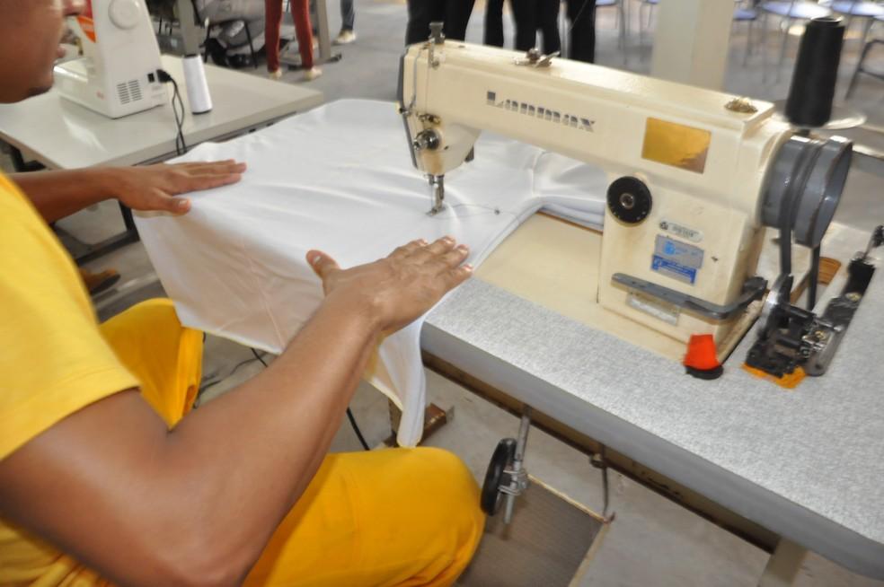 Preso aprende a costurar em oficina na Penitenciária Major Eldo Sá Corrêa, a Mata Grande, em Rondonópolis (Foto: Sejudh/MT)