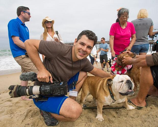 João Paulo posa com cão surfista na Califórnia (Foto: TV Globo/ Domingão do Faustão)