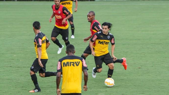 Cárdenas, meia do Atlético-MG, e Eduardo, volante (Foto: Bruno Cantini / Atlético-MG)