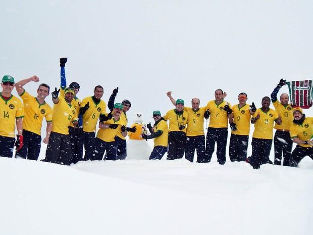 Militares brasileiros que estão na Antártica montaram até boneco de neve para torcer pela Seleção Brasileira durante a Copa do Mundo
