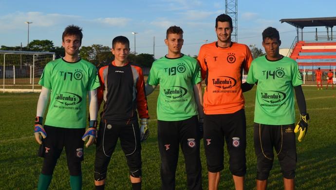 Jogadores do Sub-20 aproveitam dicas do goleiro Dalton (Foto: Lauane Sena)