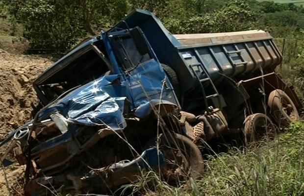 Colisão frontal entre caminhão e carro mata pais e duas filhas na GO-010, em Cristalina, Goiás 2 (Foto: Reprodução/TV Anhanguera)