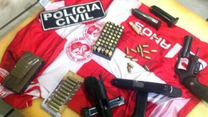 Armas e munições foram apreendidas em poder de torcedores do América-RN (Foto: Divulgação/Polícia Civil)